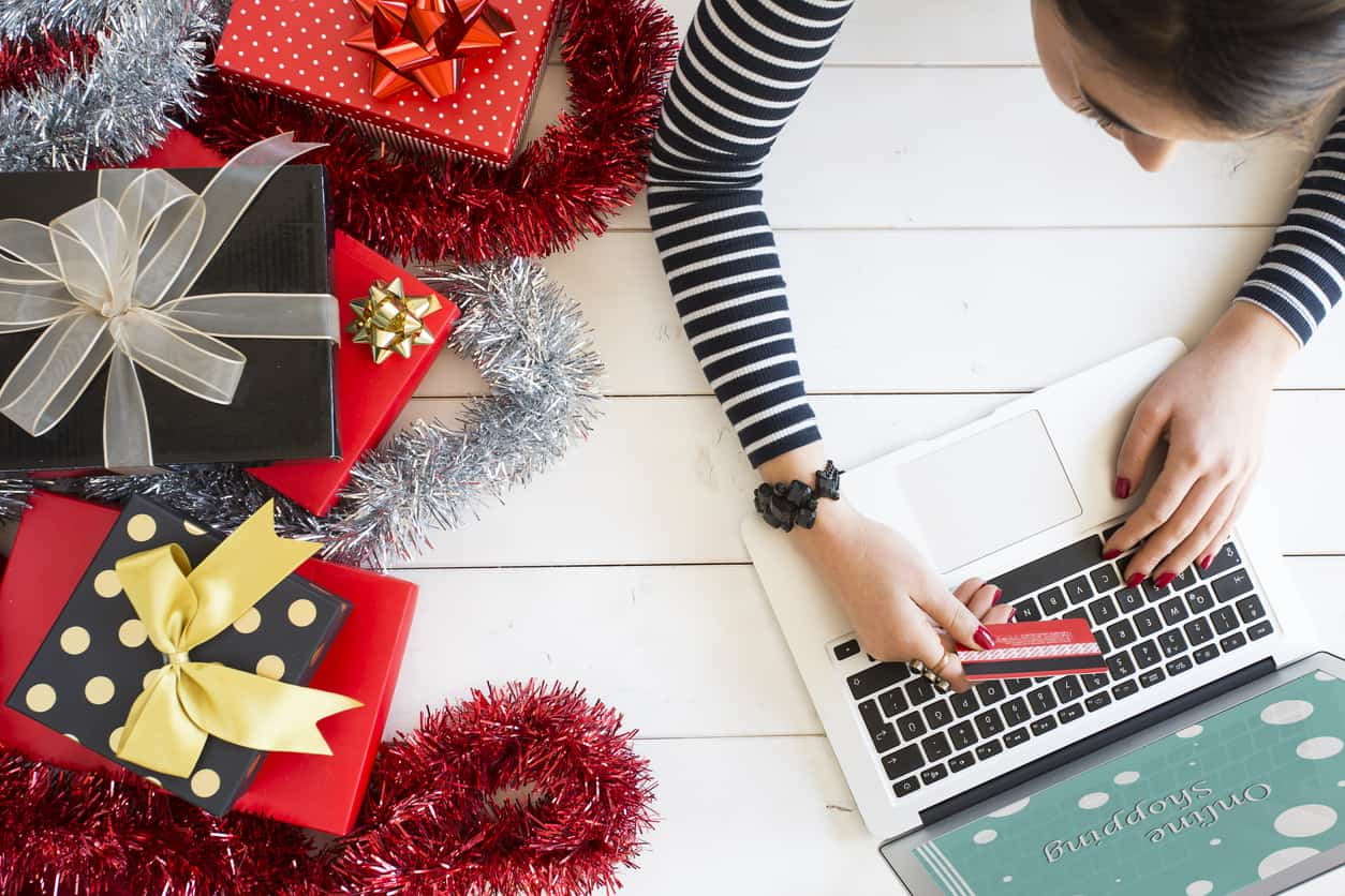 You are currently viewing TOP 10 TIPS TO CONTROL HOLIDAY SPENDING